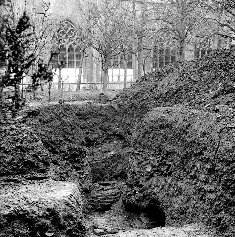 Ontgraven gietmandel 'Grameer' I in de pandhof (1916)