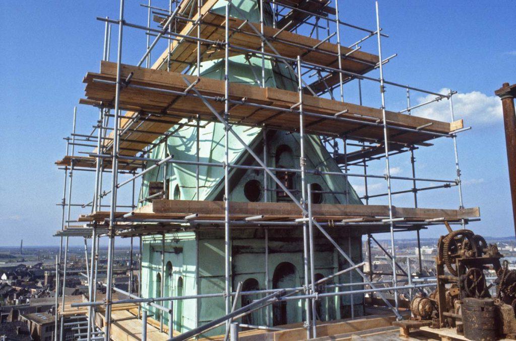 De noordelijke toren in de steigers