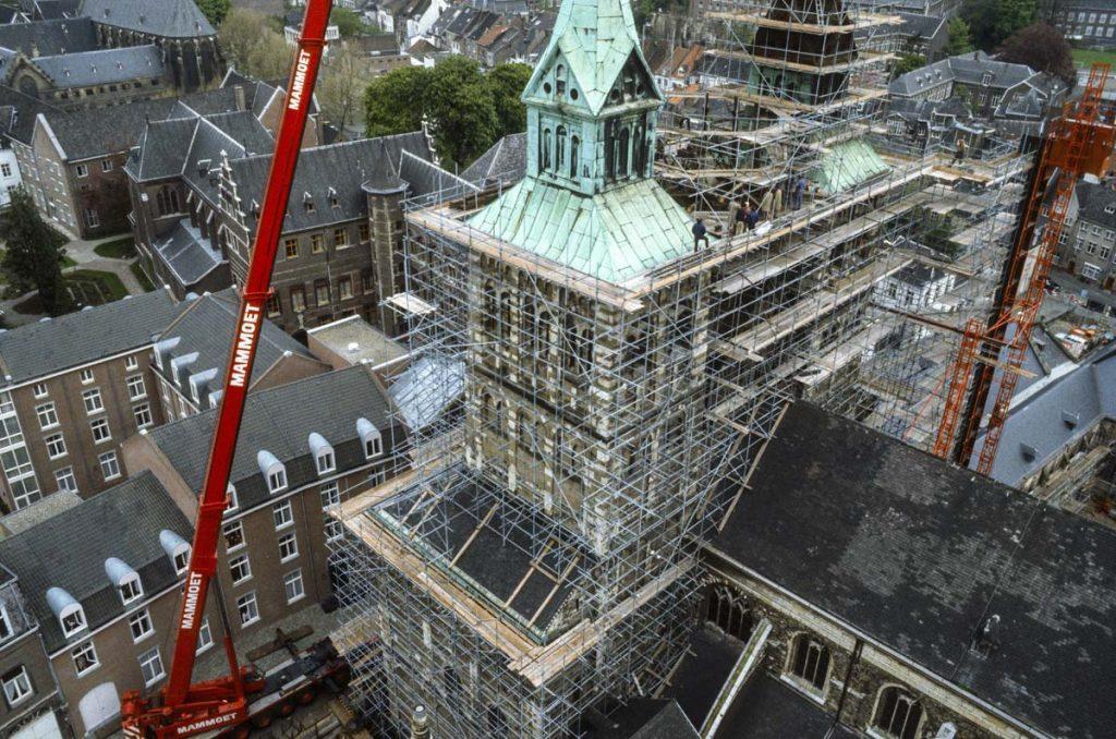 De vijftig meter hoge kraan staat gereed