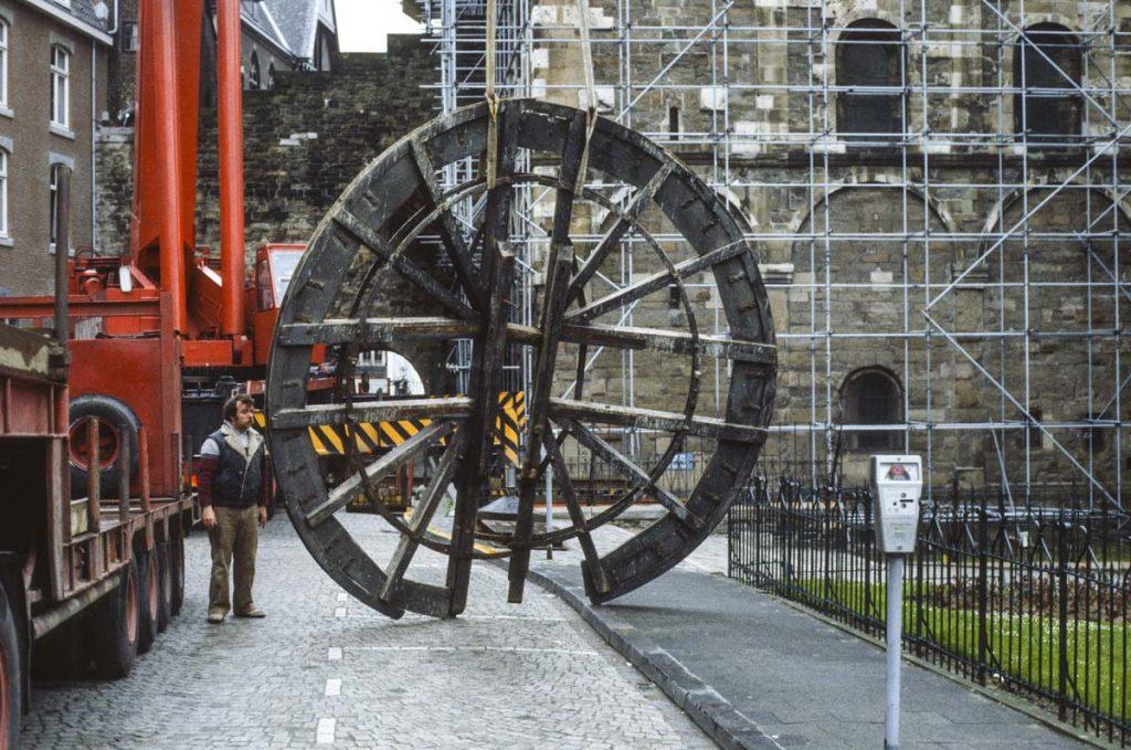 Eerst wordt het oude klokkenwiel omlaag gehaald