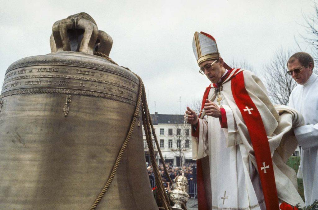 Mgr. Gijsen, bisschop van Roermond zegent de nieuwe klok